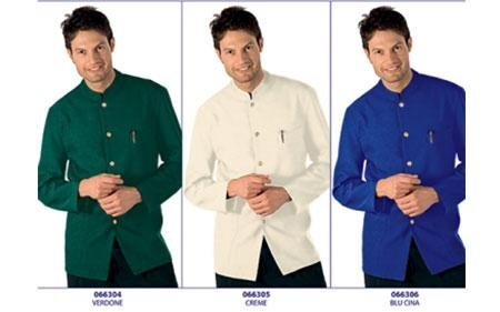 tre foto di un uomo che indossa una giacca blu, bianca e azzurra