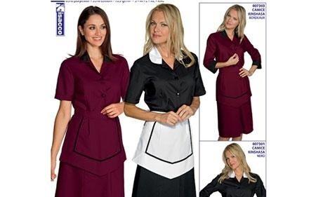 due donna in divisa da cameriera