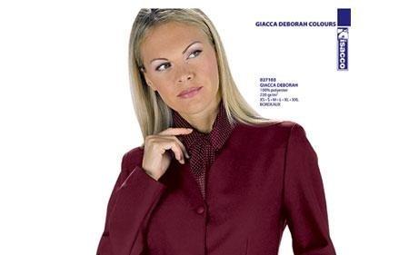 donna con camicia bordeaux