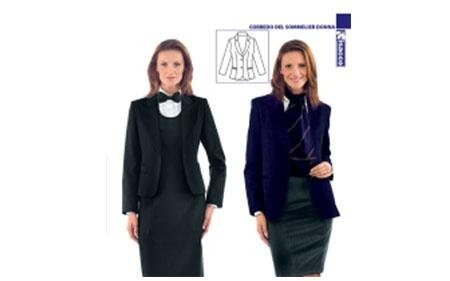 donna in divisa da receptionist