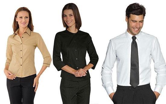 due donne ed un uomo vistiti con abiti professionali in posa