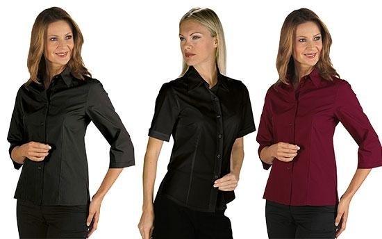 due donne in posa con camicia nera e un'altra donna in camicia bordeaux