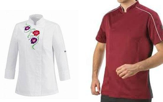 uomo con polo rossa e di fianco una camicia bianca