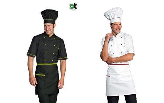 due uomini in posa vestono divisa da cuoco