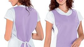 una donna con camice da infermiera