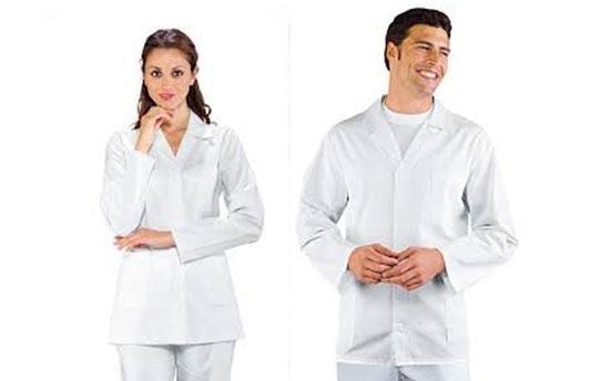 un uomo e una donna in posa in abbigliamento danitario bianco