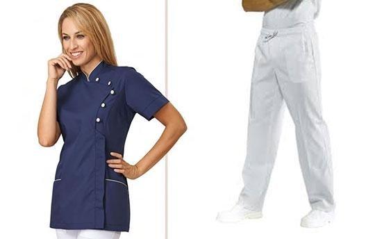 donna con giacca blu e pantalone bianco