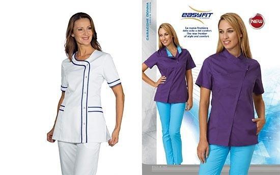 una infermiera in camice e di fianco due donne con maglia viola e pantaloni azzurri
