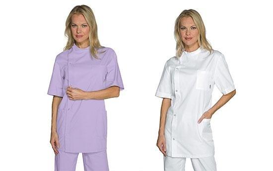 un donna con camice bianco e un'altra con camice viola