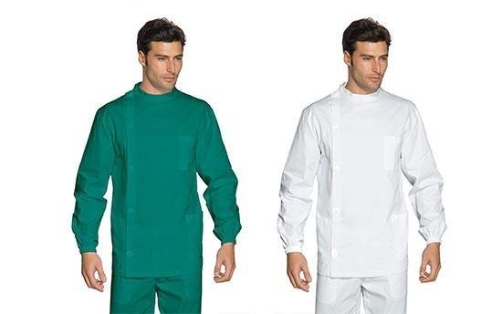 due uomini indossano divisa da infermiere