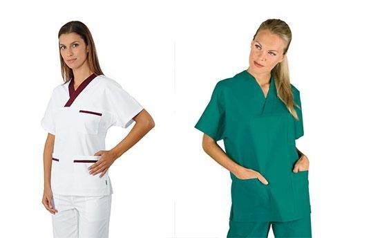 due donne indossano divisa da infermiera bianca e verde