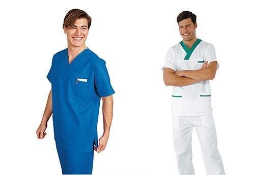 due infermieri in divisa da lavoro
