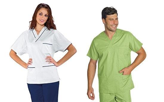 un donna in camicia bianca e pantalone blu ed un uomo in camice verde