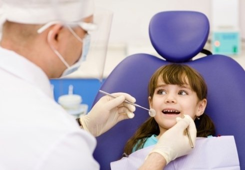 una bambina sorridente prima di una visita dal dentista