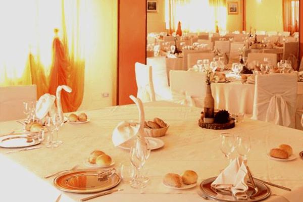 una tavola apparecchiata per cerimonia