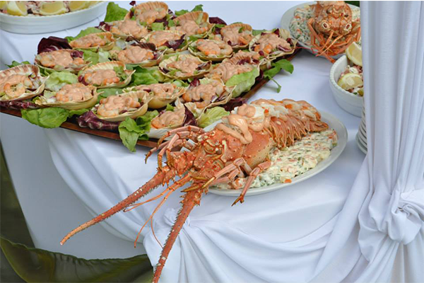 specialità di pesce sul buffet