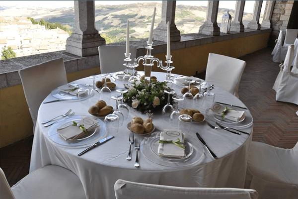un tavolo degli invitati