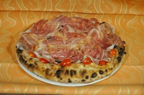 Pizza prosciutto e pomodori