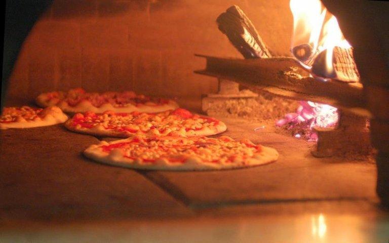 Pizza forno a legna