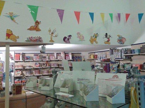 biglietti e decorazioni per feste in esposizione all'interno di negozio