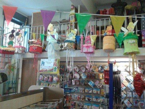 interno del negozio di decorazioni per le feste
