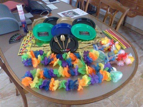 piatti colorati e collane di fiori di carta