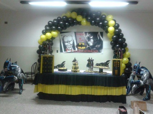 bancone a tema batman con arco di palloncini neri e gialli