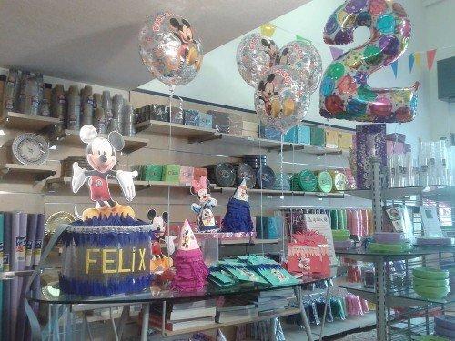 esposizione di articoli e palloncini per le feste