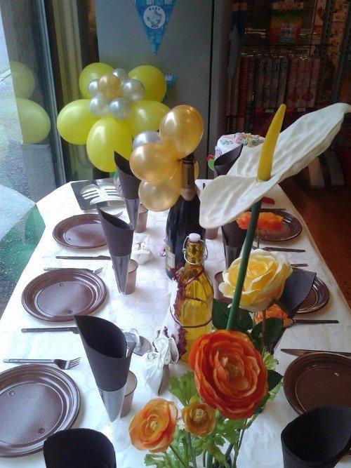 tavolo decorato con fiori e palloncini