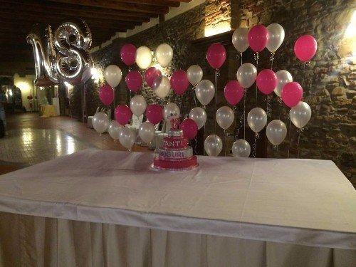 palloncini rosa e argento e palloncino a forma di 18