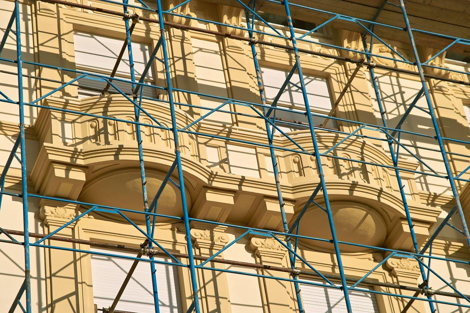un'impalcatura fuori da un edificio giallo