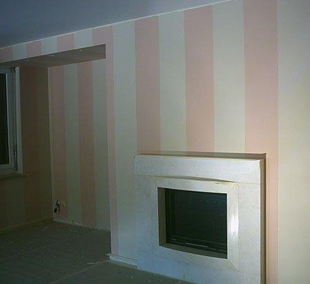 dei muri dipinti di bianco e rosa e un alloggio camino