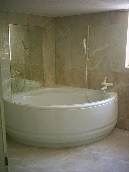 una vasca da bagno curva