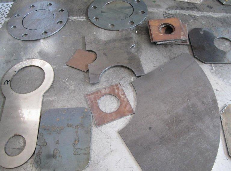 pezzi tagliati a plasma in una carpenteria