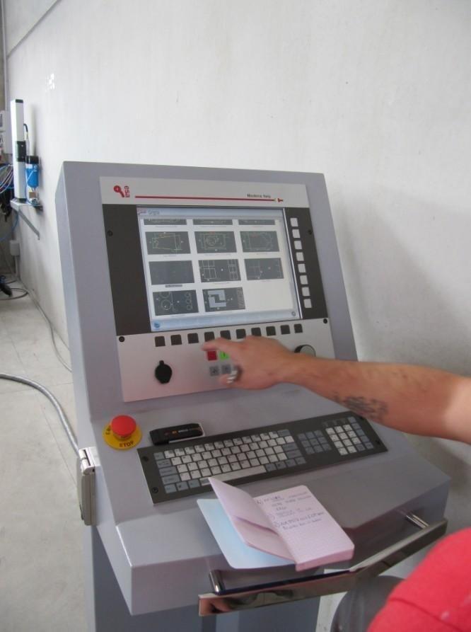 operaio mentre lavora su un computer di Taglio Plasma