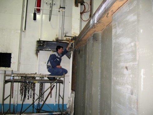 operaio durante ristrutturazione di muro di rame