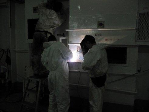 operai mentre lavorano in un cantiere interno