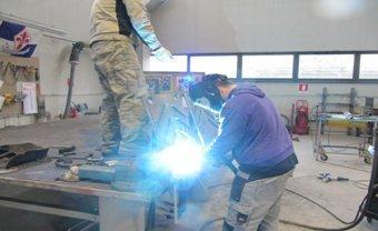 operai mentre lavorano per cancelli e ringhiere