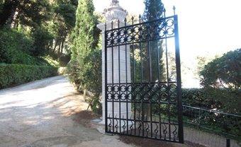 vista laterale di un cancello in ferro