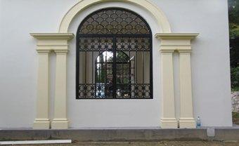 finestra esterna di una casa con griglia in ferro