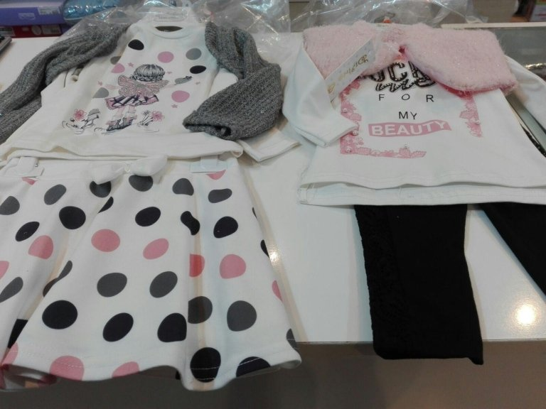 diversi vestiti da bambine