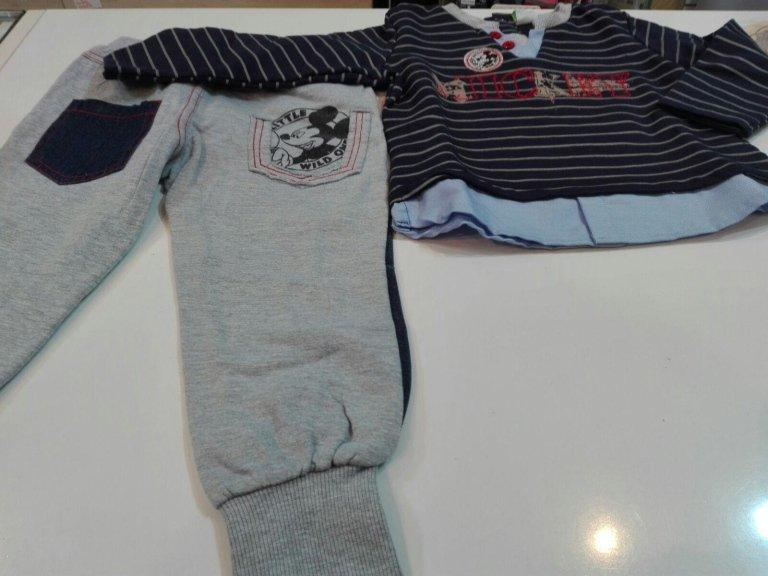 pantaloni della tuta grigi e felpa a righe per bambino