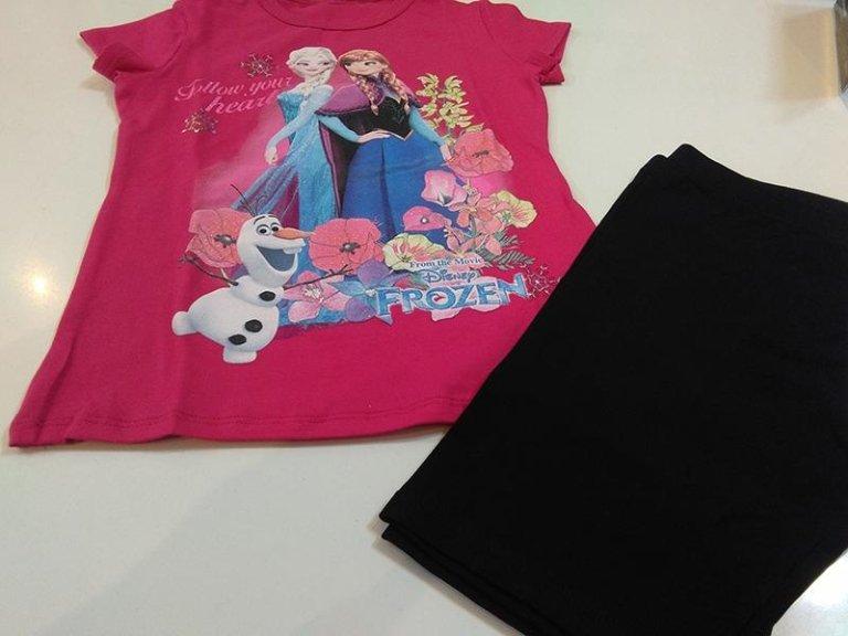 Maglietta rosa con Frozen e pantaloncini neri