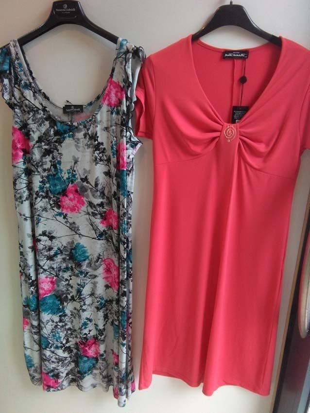 vestito estivo con motivo floreale e vestito rosso