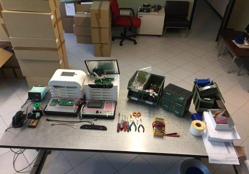 Vista dall'alto una tavola di lavoro con strumenti elettrici