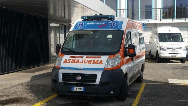 ambulanza parcheggiata in spazio riservato