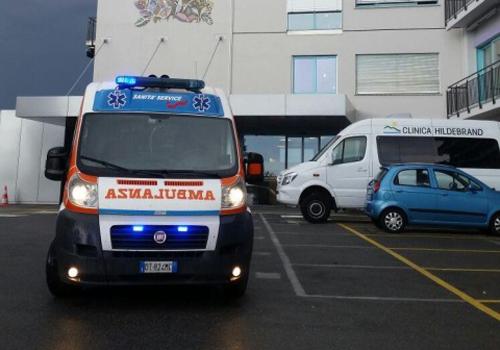 ambulanza con luci accese