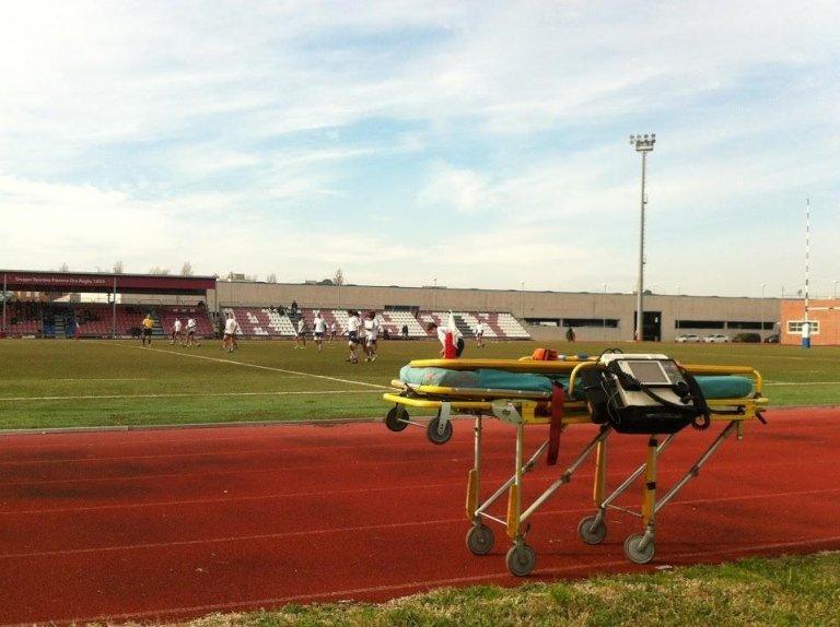 barella da ambulanza su un campo da gioco