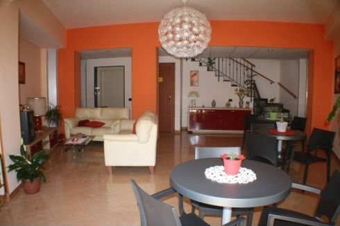 sala comune con tavolo, sedie e divani