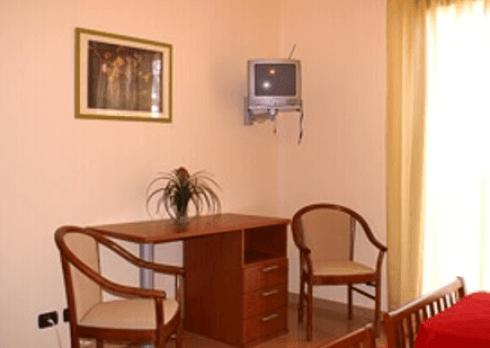 scrivania e sedie all'interno di camera singola